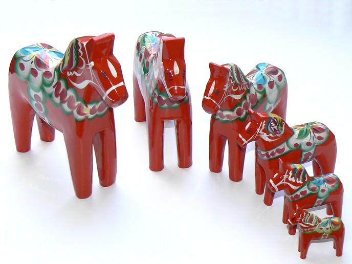 Sammlung von roten Dalapferden