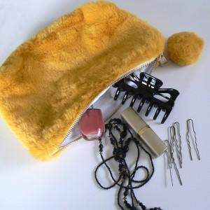 Makeup Tasche aus Fellimitat mit Pompon