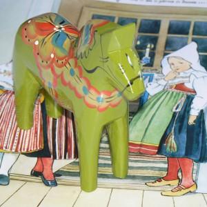 Wie die grüne Sommerschürze der Moratracht: Dalapferd Magde 13cm grün