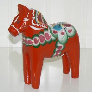 Handgeschnitzt und handbemalt in Schweden: Dalapferd 17 cm rot