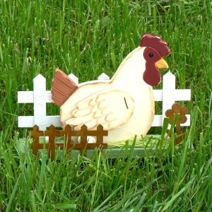 Schwedische Osterdeko aus Holz: Deko-Huhn mit Eiern und Zaun