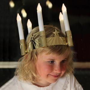 Ein Traum jeder Lichterkönigin: goldfarbene LED-Luciakrone batteriebetrieben