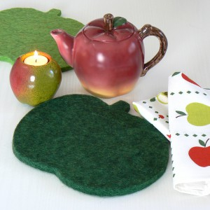 Von schwedischen Schafen: Wollfilz Untersetzer Apfel dunkelgrün