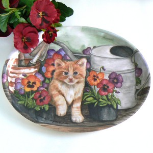 schwedisches Tablett oval 25 x 33 cm Kätzchen zwischen Gießkanne und Stiefmütterchen
