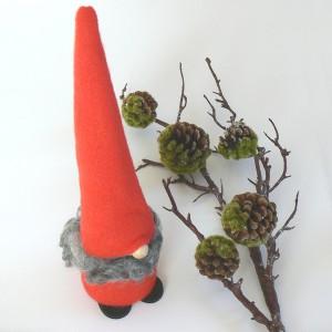 Schwedischer Weihnachtswichtel: Tomte Tyko in rot mit echten Lammfell
