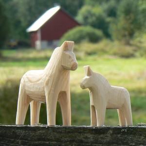 Unbemalte Dalapferde 5 cm und 7 cm handgeschnitzt aus Nusnäs – zum Bemalen
