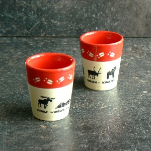 Schnapsbecher / Schnapsglas aus Keramik Elchspur rot 2er-Set mit Elch,Tor zu Lappland, Schwedenhaus, Rentier, Dalapferd