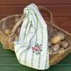 Aus Schweden: ländliches Küchenhandtuch bestickt mit Preiselbeeren