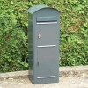 Schwedischer Standbriefkasten Safepost 80 anthrazitgrau mit Paketfach