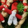 Entzückende Weihnachtsdeko: einer der beiden niedlichen Tomte im Strohherz