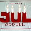 Schwedische Weihnachtsdeko: Kerzenleuchter JUL aus Holz rot