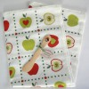 Geschirrtuch und Buttermesser aus Wacholderholz mit Apfel-Motiv Kunstgewerbe