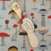 Geschirrtuch und Buttermesser aus Wacholderholz mit Pilz-Motiv Kunstgewerbe
