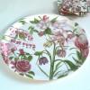 rundes Tablett mit rosa Blumen Design Anna Linderholm