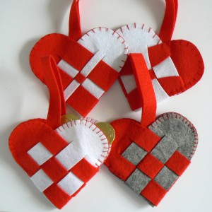 Nordische Weihnachtsdeko: Flechtherzen rot weiß grau 4er-Set