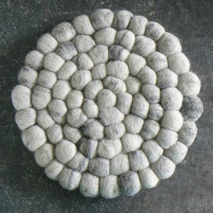 Topfuntersetzer aus hellgrauen Filzkugeln