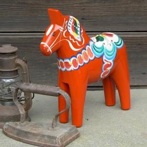 Handgeschnitzt und handbemalt in Schweden: Dalapferd 25 cm rot