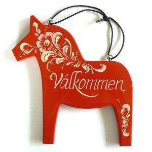 Handbemaltes Willkommensschild in Form eines Dalapferdes