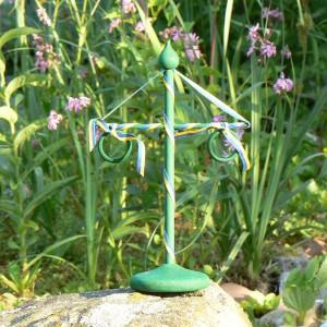 Fürs schwedische Sommerfest: Grüne Mittsommerstange aus Holz