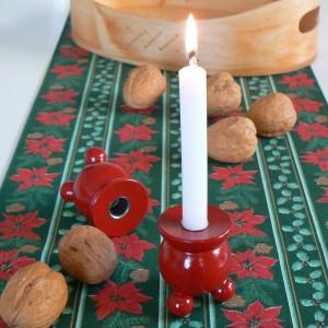 Typisch schwedische rote Kugelleuchter aus Holz zur Weiihnachtszeit