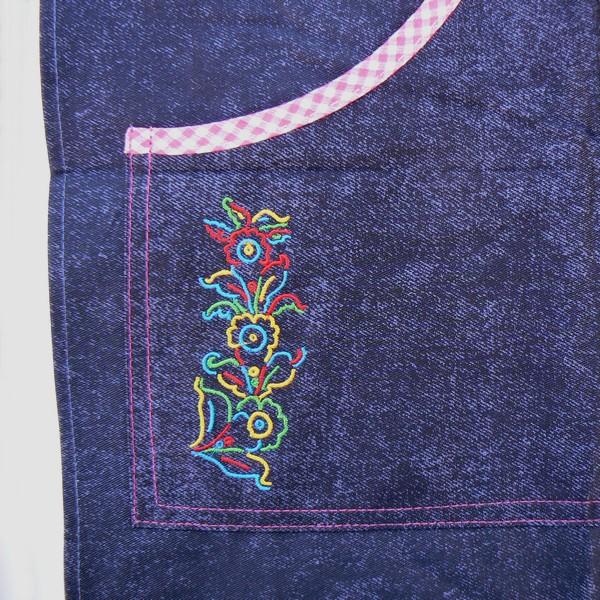 Stickerei auf der Tasche der Schürze mit Dalapferd