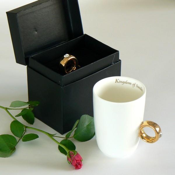 Ausgefallene Tasse zum Verschenken, mit einem Henkel wie ein goldener Fingerring