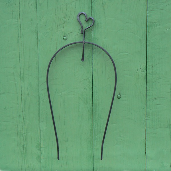 Schwarzes handgeschmiedetes Bogenspalier Herz aus Eisen