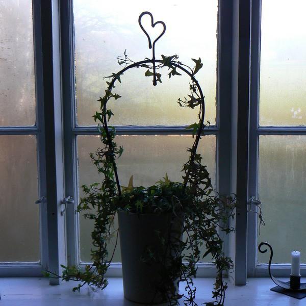 Schwarze handgeschmiedete Blumenstütze Herz aus Eisen