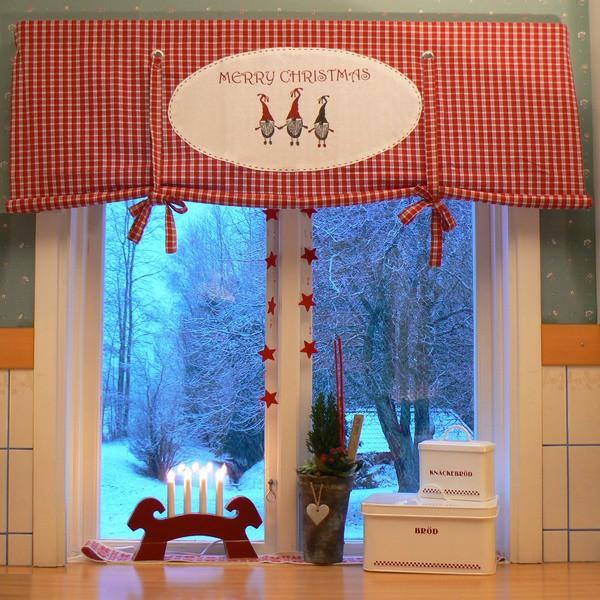 Hübsch im weihnachtlich dekorierten Fenster: Lichterbogen Julbock rot aus Holz