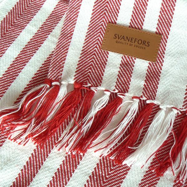 Tischläufer rot weiß gestreift mit Fransen und Kunstlederlogo