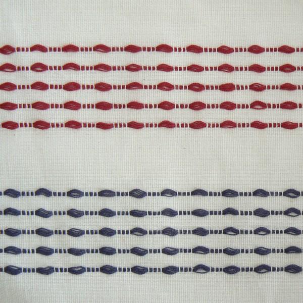 Querbehang / Bistrogardine 250 x 50 cm aus weißer Baumwolle mit blauen und roten Fäden durchzogen
