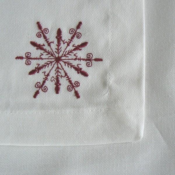 Weiße Baumwollservietten mit roter Schneeflocke bestickt