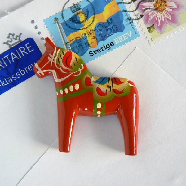Schwedisches Kunsthandwerk: Original Dalapferd Magnet für Kühlschrank und Whiteboard rot handgeschnitzt und handbemalt