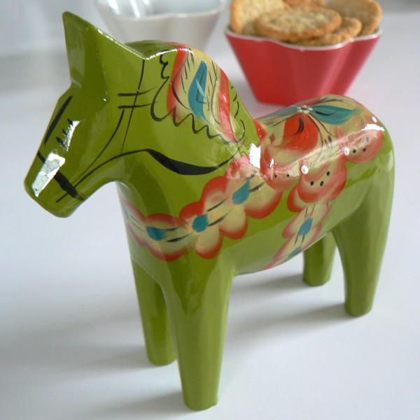 Dalapferd Magde 13 cm grün Holz, handbemalt