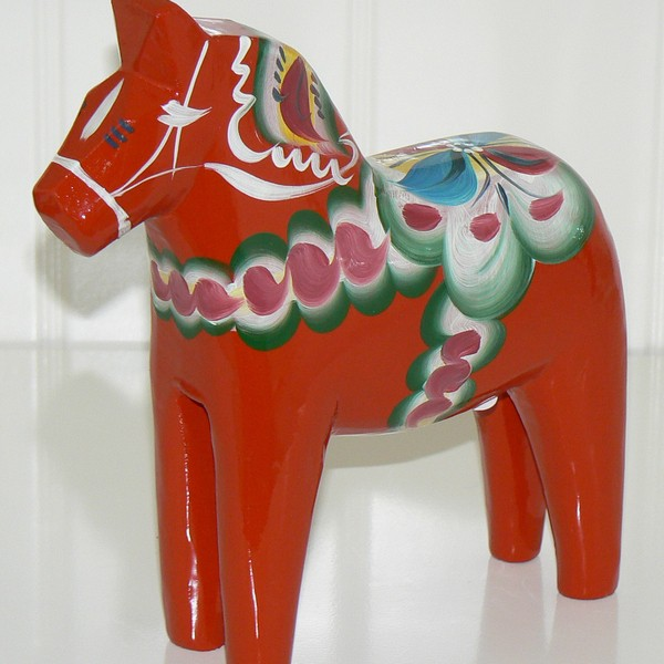 Handgeschnitzt und handbemalt in Schweden: Dalapferd 20 cm rot