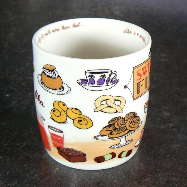 Kaffeebecher mit typisch schwedischen Gebäcksorten