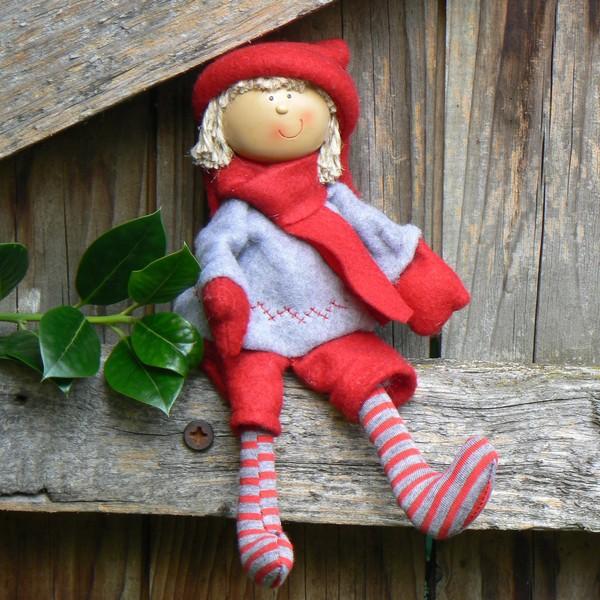 Skandinavische Weihnachtsdeko: Kantenhocker Tomte Junge mit Ringelstrümpfen