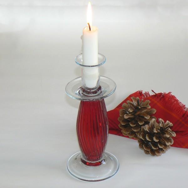 Für romantischen Kerzenschein: Skandinavischer Kerzenleuchter aus rotem und weißem Glas
