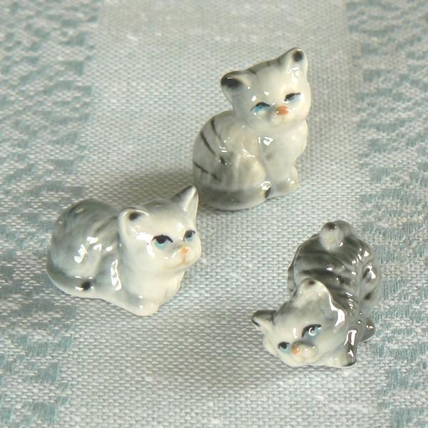 3 niedliche Mini Porzellanfiguren: graugetigerte Katzen