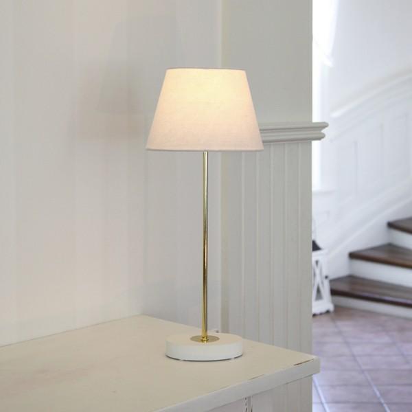 Skandinavische Beleuchtung: weiße Tischleuchte mit ovalem Fuß und Schirm