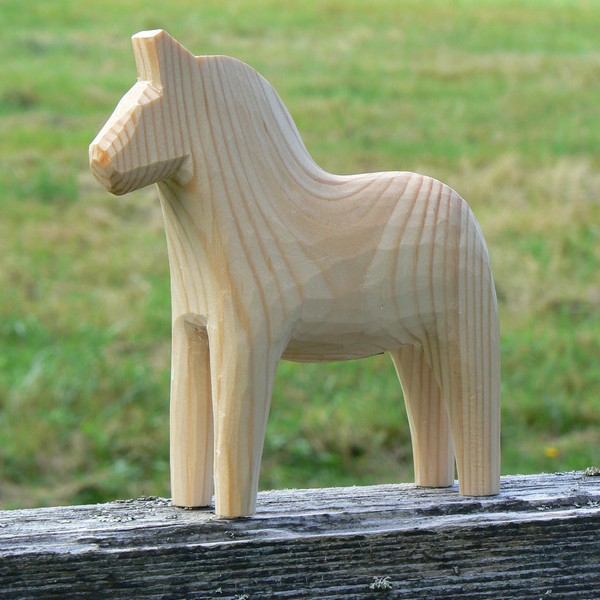 Unbemaltes Dalapferd 13 cm handgeschnitzt – zum selber Bemalen