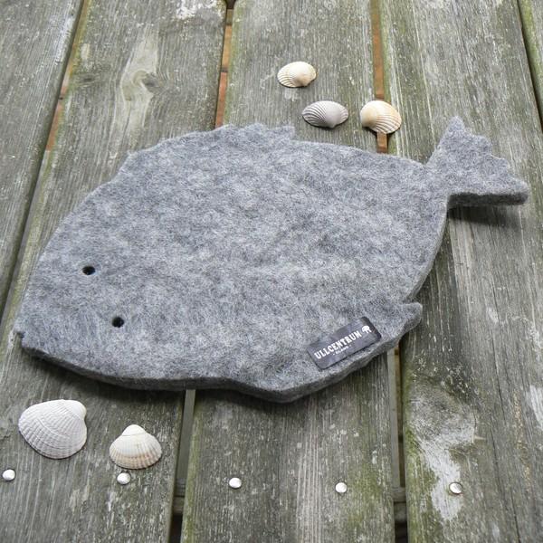 Dicker Untersetzer aus grauem Wollfilz in Fisch Form