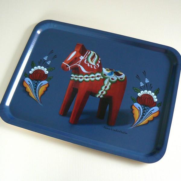 Rechteckiges blaues Tablett aus Holz mit Dalapferd Design: Anna Linderholm