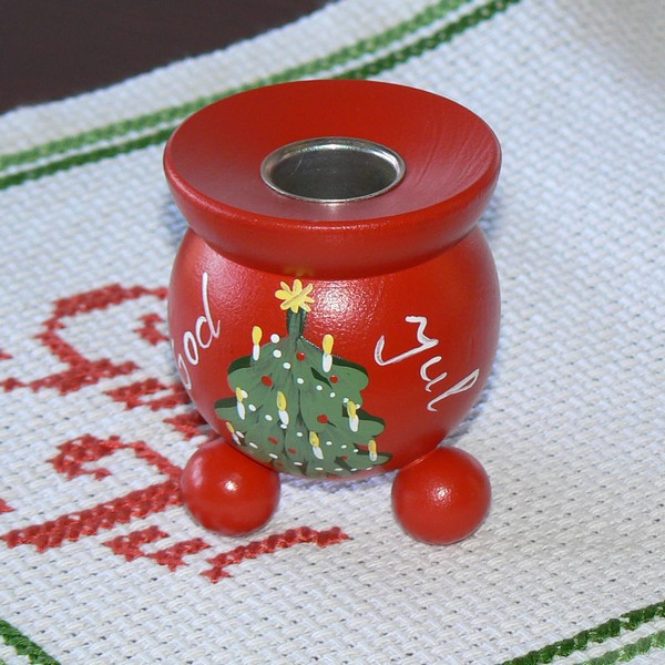Roter Kerzenhalter aus Holz mit Metallhülse; handbemalt