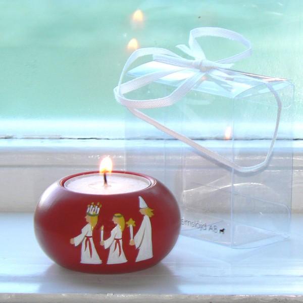 Skandinavisches Kunsthandwerk: Leuchter aus Holz rot mit einer Lucia