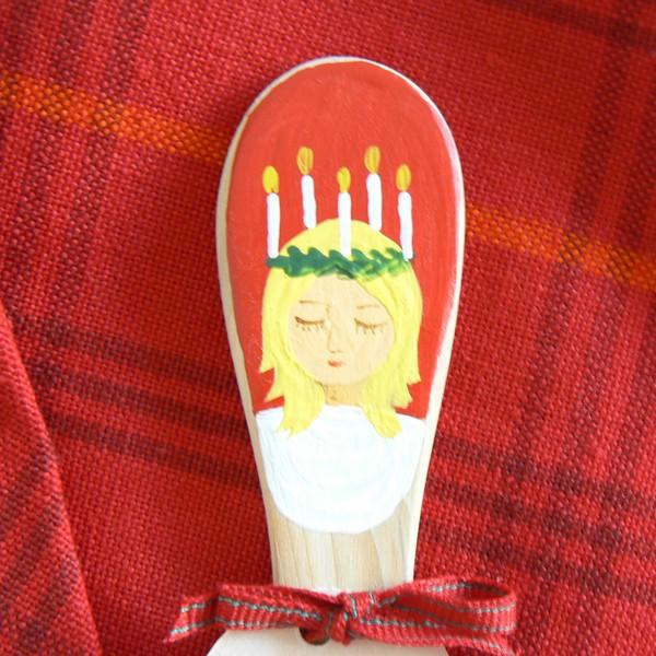 Schwedisches Kunsthandwerk: Buttermesser aus Wacholder-Holz handbemalt mit einer Lucia