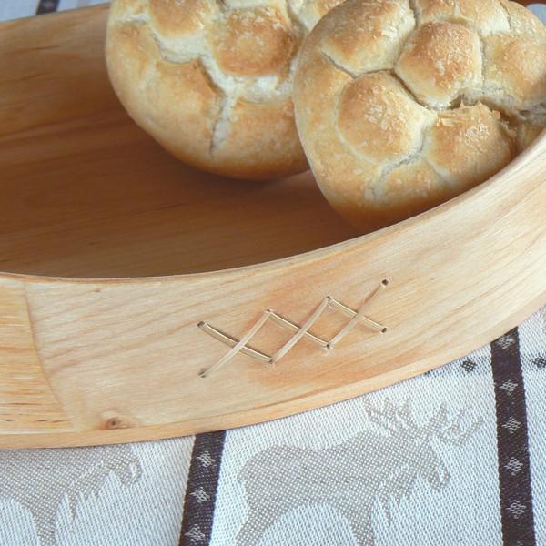 Skandinavisches Kunstgewerbe: Brotkorb aus Erlenholz hübsch verziert