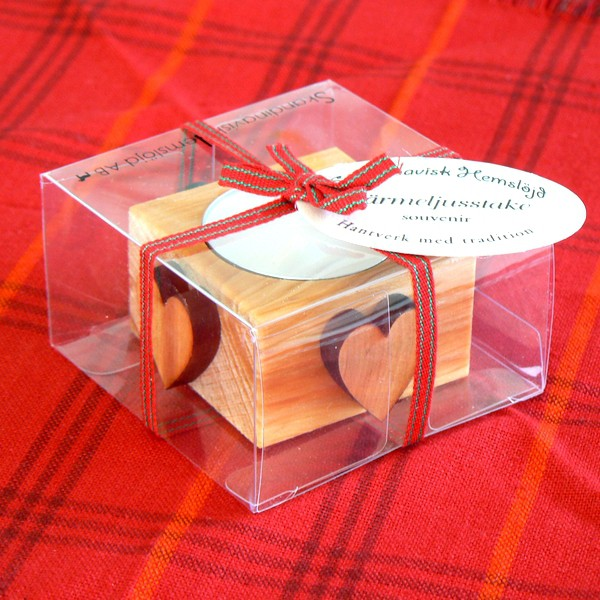 In Geschenkverpackung: Teelichthalter aus Holz mit Herzen