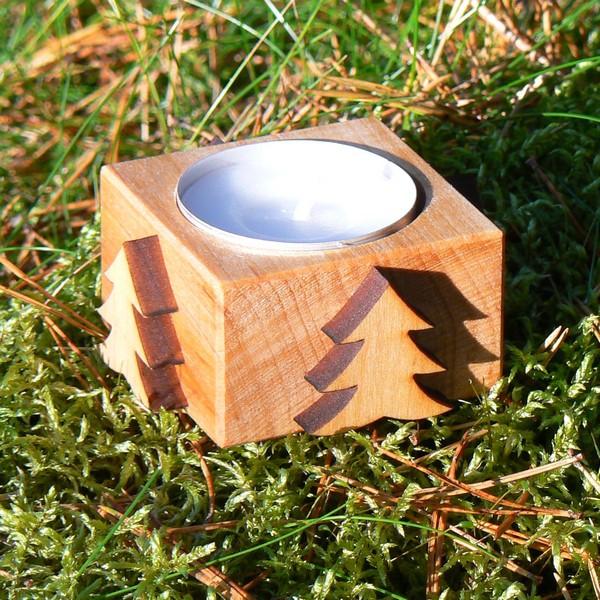 Skandinavisches Kunsthandwerk: Leuchter aus Holz mit Tannen