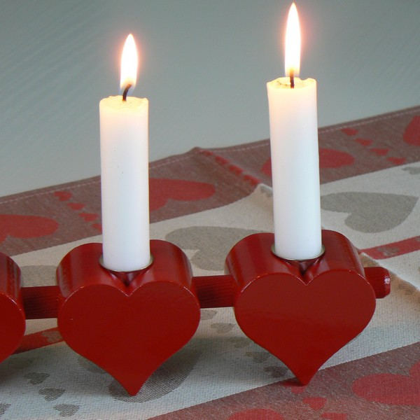 Schwedisches Kunstgewerbe: Leuchter aus Holz Herzen rot für 4 Kerzen